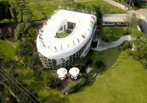 the_toilet_shaped_house